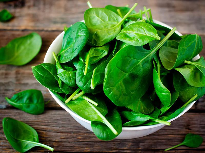 ¿Las espinacas pueden aliviar el dolor crónico? Se estudió los efectos de un nutriente clave de esta planta
